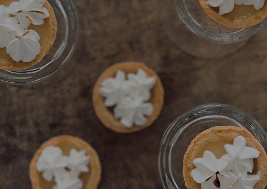Košíčky z mandlového těsta s lahodným citrónovým krémem a zdobené bílkovou květinkou